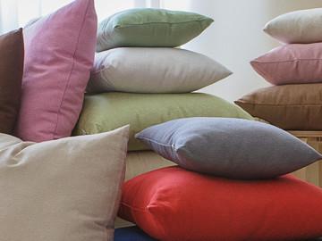 Cuscini arredo per divani: dettagli di stile