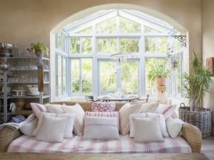Il vecchio divano diventa Shabby Chic con i cuscini decorativi